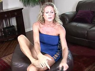 Fashionable blond cougar pumps her smutty fissure with a red vibe