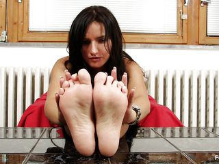 dark brown milf sharon can't live without her feet