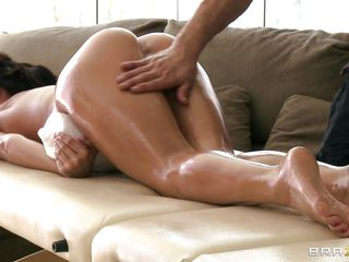Look at this hot ass, this tight pussy and the way that babe gets horny on the massage table. Aleksa Nicole looks like that babe might need  a penis in that sexy ass only by the way that babe is begging some some hard penis inside her. Is that babe going to get some sperm in her mouth ?