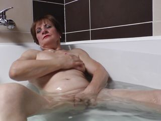 granny lady raisha playing loves bathing games