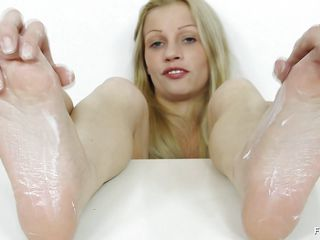 She has a fetish that this babe want to play with a ramrod not with her hands, mouth, fur pie not even with her ass hole. this babe craves her feet to feel the raw power of a dick, but this babe has no penis handy or footy but this babe decides to satisfy her fetish with the aid of a really big and dangerous looking dildo.