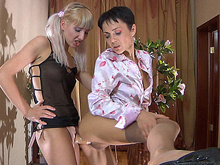 Viola&Sibylla pussyloving mamma on episode