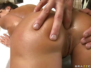 Curvy milf brunette Lisa Ann with big bottom and huge tits enjoys the massage naked. Luckily she fins masseuse's finger in her tight asshole. That is how relaxing massage turns into butt fucking action.