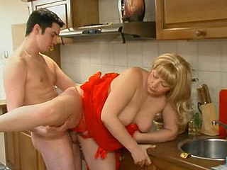Freaky guy ready to fuck the shit out of bulky aged chick in the kitchen