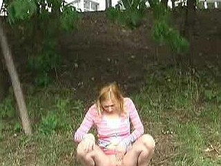 Outdoor pissing vid