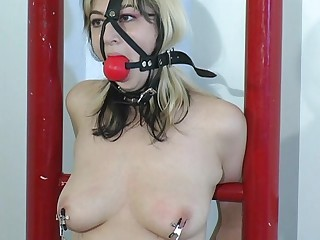 She went to a bondage master to get squirt.Her weakness is being tied up while the master is playing her pussy with vibrator putting on her tit and pussy for an  explainable feeling for her to reach what that babe wants.